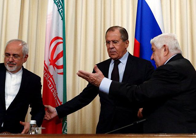 Le ministre russe des Affaires étrangères Sergueï Lavrov et ses homologues iranien Mohammad Javad Zarif et syrien Walid al-Mouallem