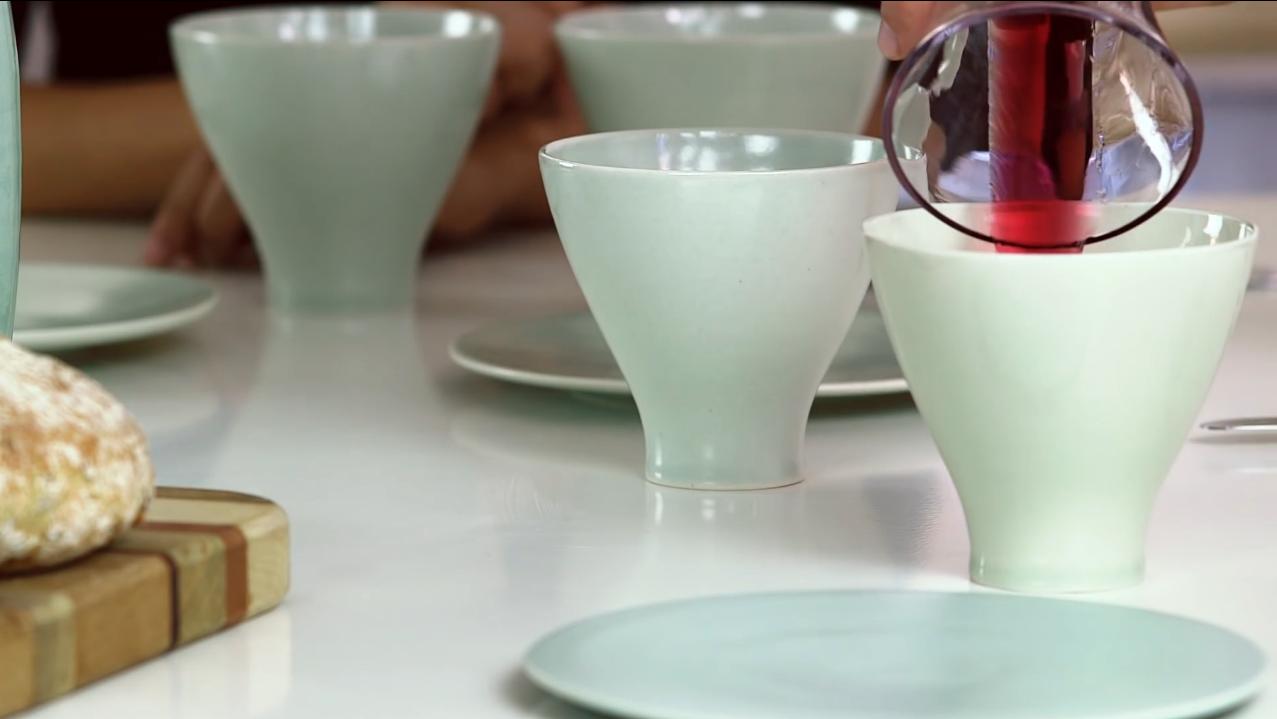 La vaisselle fabriquée par Justin Crowe avec des os humains