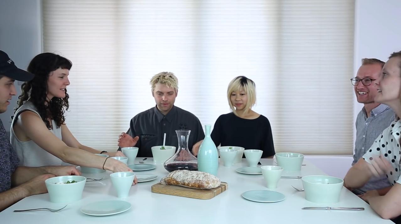 Les amis de Justin Crowe lors dîner avec la vaisselle fabriquée avec des os humains