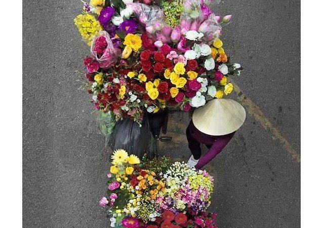 Vue du dessus: des vendeurs de rue vietnamiens sur les photos de Loes Heerink