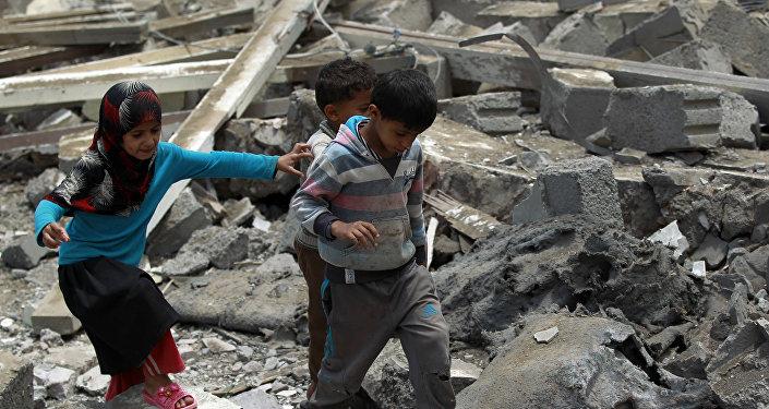 Des enfants yéménites dans les ruines d'un édifice à Sanaa contrôlée par les rebelles houthis