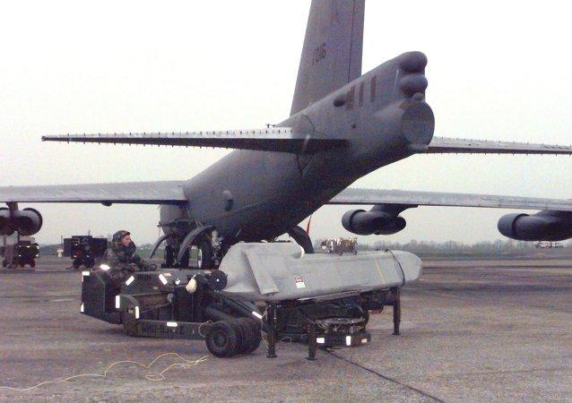 Une visite de maintenance d'un avion B-52H équipe d'un missile ALCM (archives)