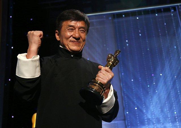 L'acteur Jackie Chan avec son Oscar d'honneur au 8e Bal des Gouverneurs annuel à Los Angeles