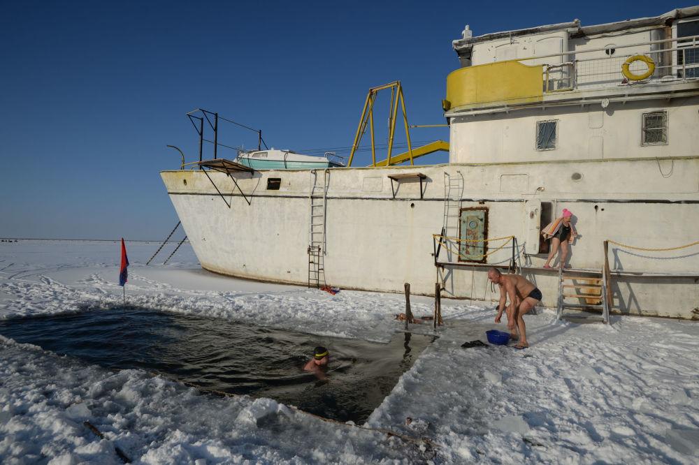 Novossibirsk ouvre la saison des bains en eau glaciale