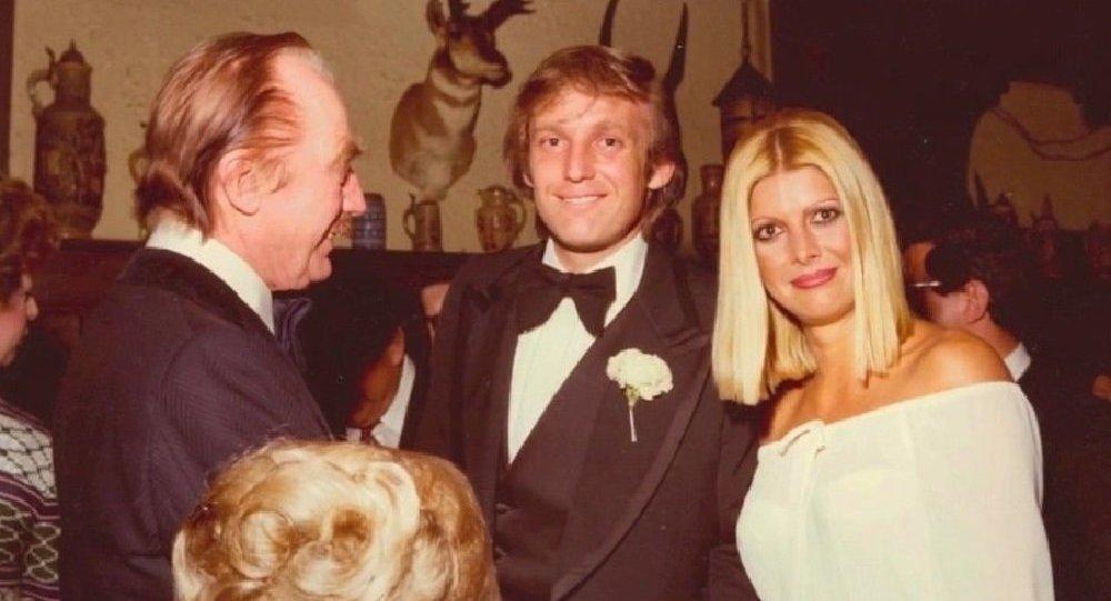 Donald Trump en compagnie de son ex-épouse Ivana et de son père.