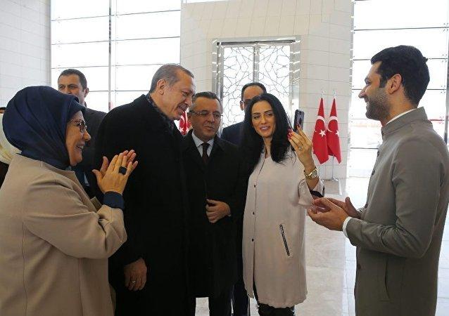 Recep Tayyip Erdogan demande la main d'Imane Elbani pour l'acteur Murat Yıldırım