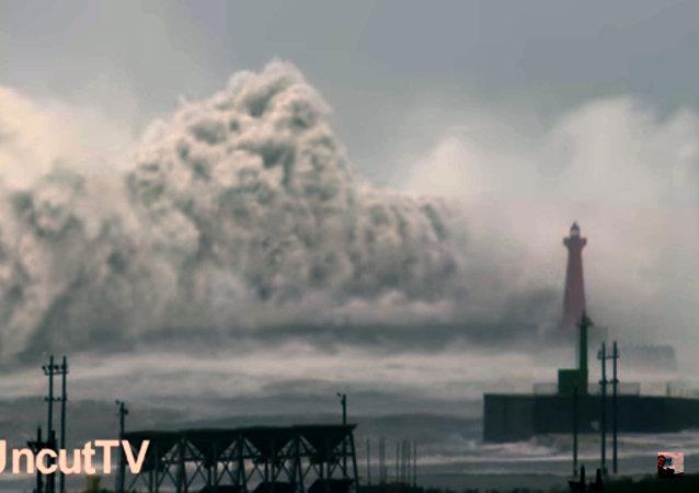 Taïwan: une vague énorme couvre un phare haut de 23 mètres