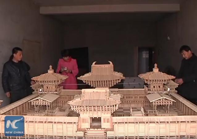Une maquette de temple faite de baguettes