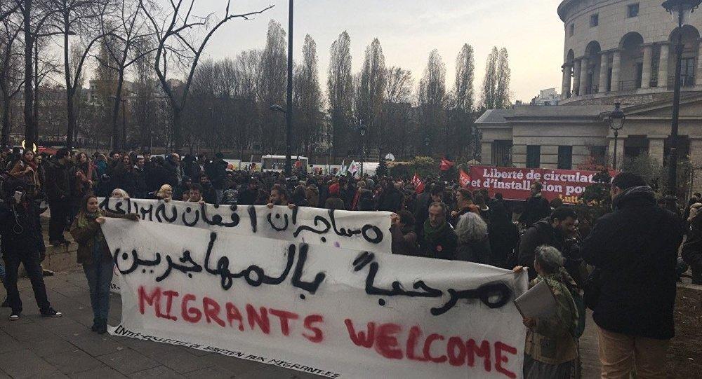 Bienvenue au migrants, dit la banderole