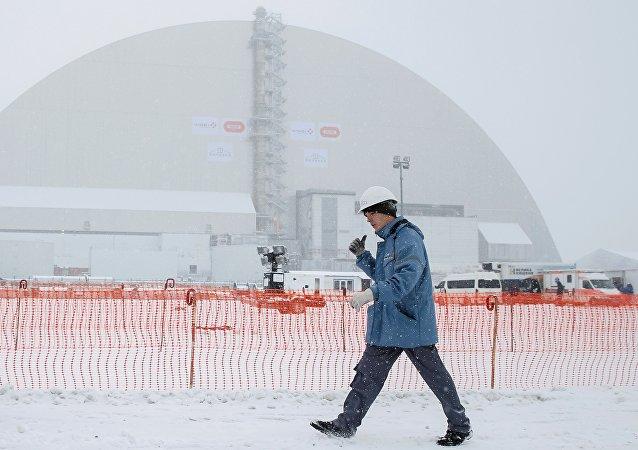 Un dôme recouvre la centrale de Tchernobyl