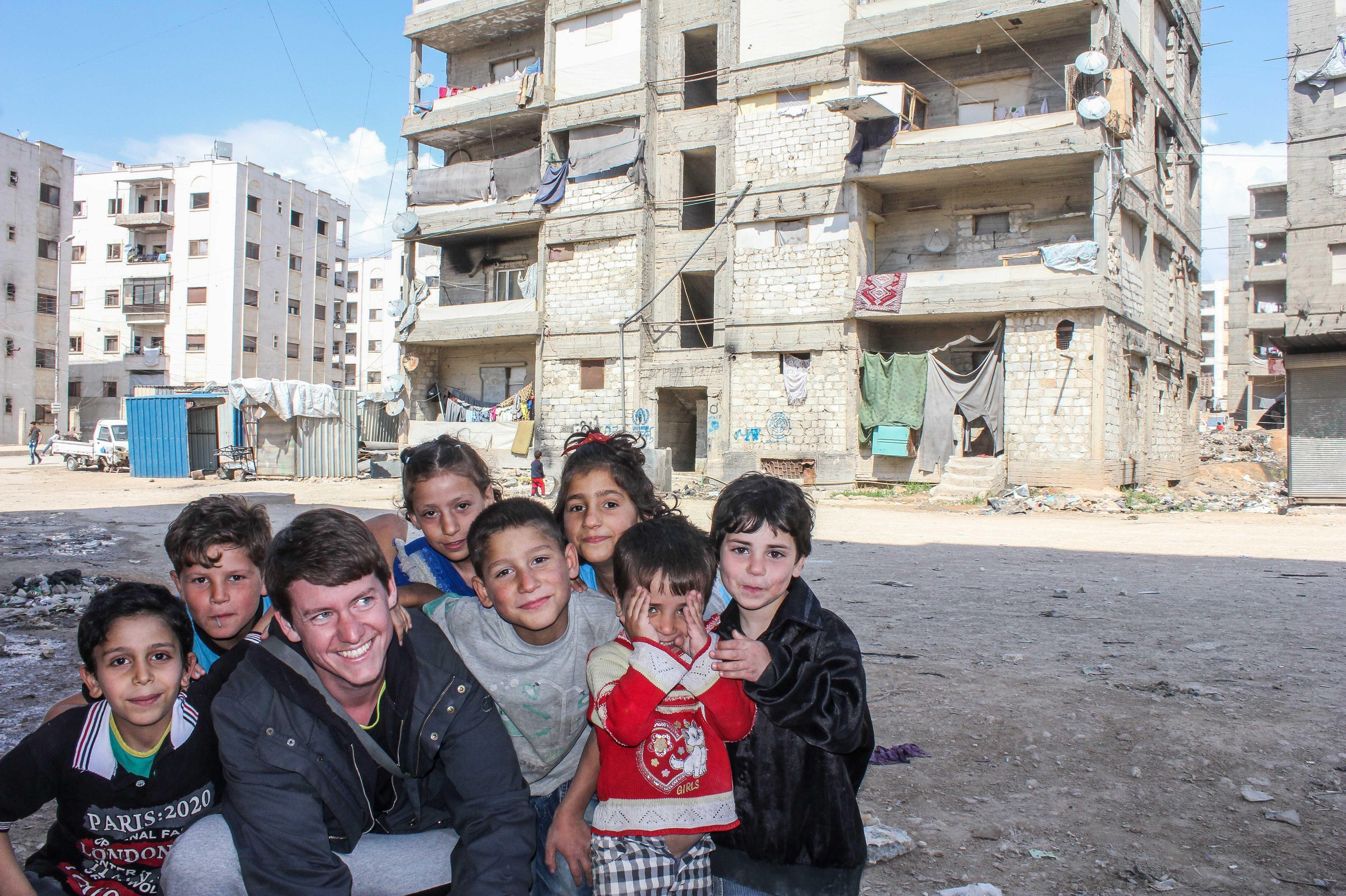 Des enfants dans un quartier en ruines d'Alep
