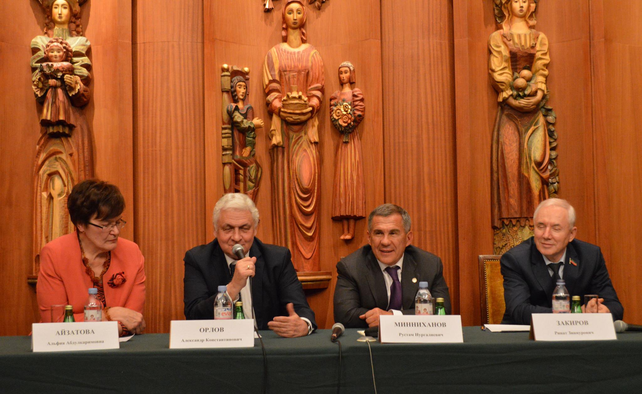Le numéro un tatar Roustam Minnikhanov (deuxième à droite) et monsieur l'ambassadeur de Russie en France Alexandre Orlov (deuxième à gauche).
