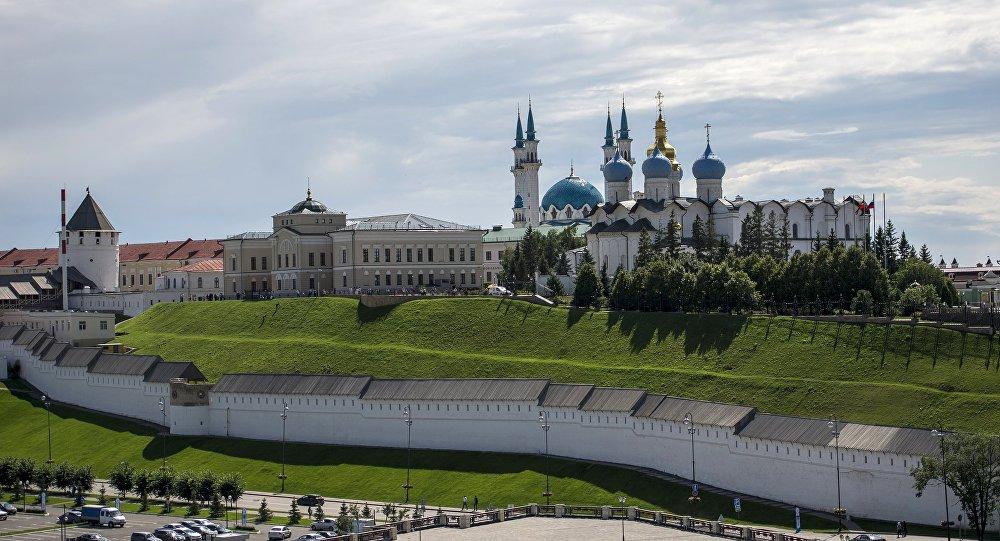 Le kremlin de Kazan (capitale du Tatarstan) avec une église et une mosquée en arrière-plan
