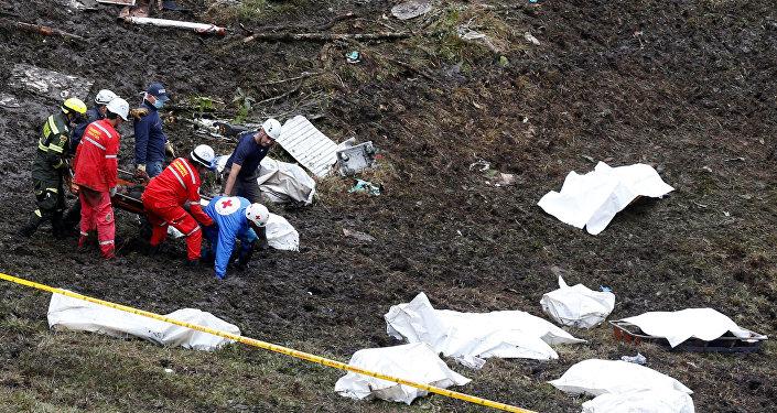 Les secouristes transportent le corps d'une victime d'un avion qui s'est écrasé dans la jungle colombienne avec l'équipe de football brésilienne Chapecoense, près de Medellin, en Colombie