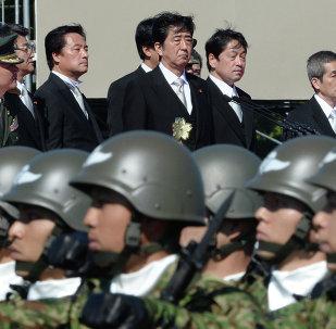 Le Premier ministre japonais Shinzo Abe inspecte les troupes de la force d'autodéfense du Japon