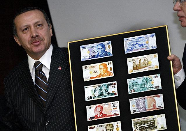 Recep Tayyp Erdogan présente les nouvelles livres turques