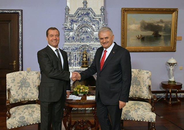 Le premier ministre russe Dmitry Medvedev (à gauche) et son homologue turc Binali Yildirim