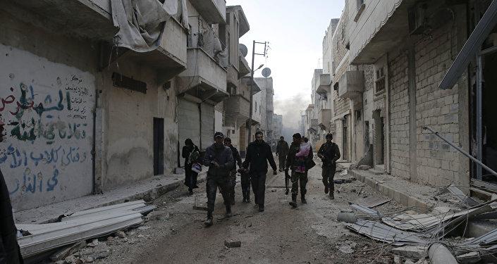 Les soldats syriens aident les civils à quitter les quartiers dans l'est dAlep contrôlés par les terroristes