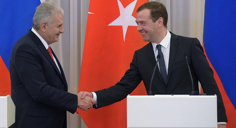 Le premier ministre russe Dmitry Medvedev et son homologue turc Binali Yildirim