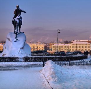 Vue sur le monument de Pierre le Grand sur la place du Sénat (Le Cavalier de bronze)