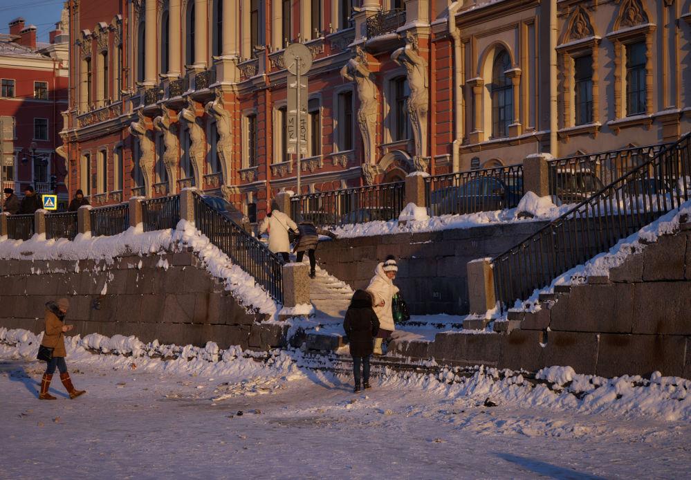 Des gens marchent sur la rivière Fontanka à Saint-Pétersbourg