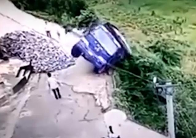 L'incroyable scène d'un chauffeur chinois qui échappe de justesse à la mort