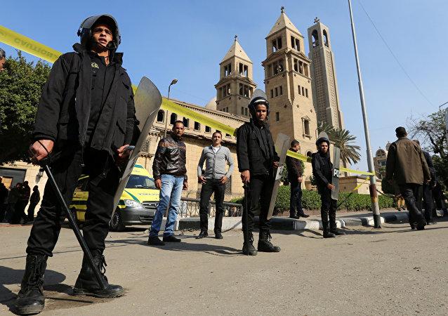 La police devant la cathédrale copte Saint-Marc du Caire après l'explosion du 11 décembre 2016