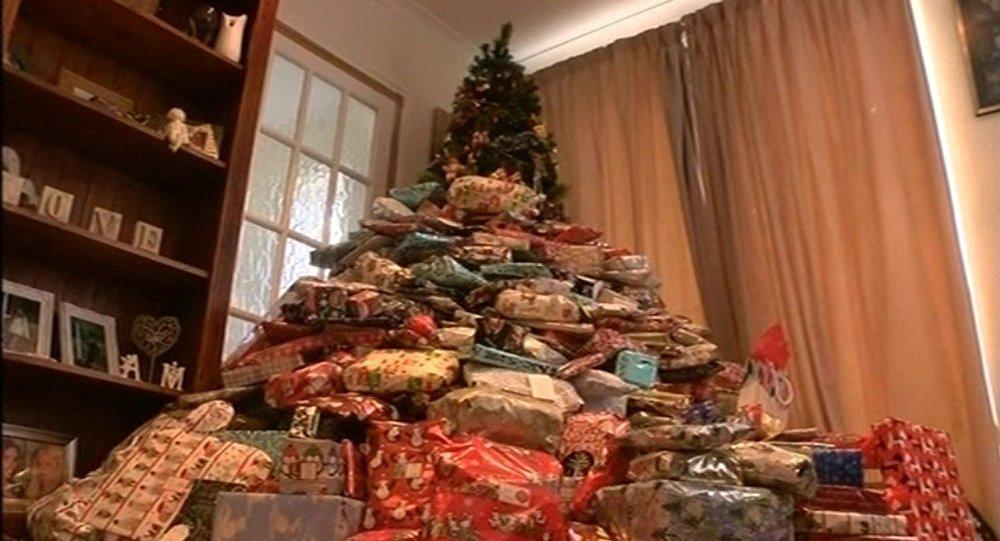 elle offre chacun de ses enfants une centaine de cadeaux. Black Bedroom Furniture Sets. Home Design Ideas