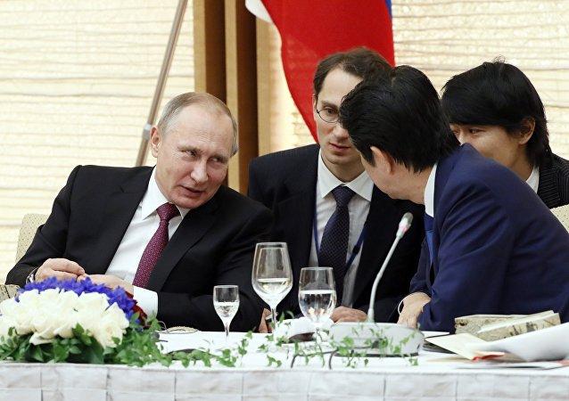 Négociations du président russe Vladimir Poutine avec le premier ministre japonais Shinzo Abe à Nagato