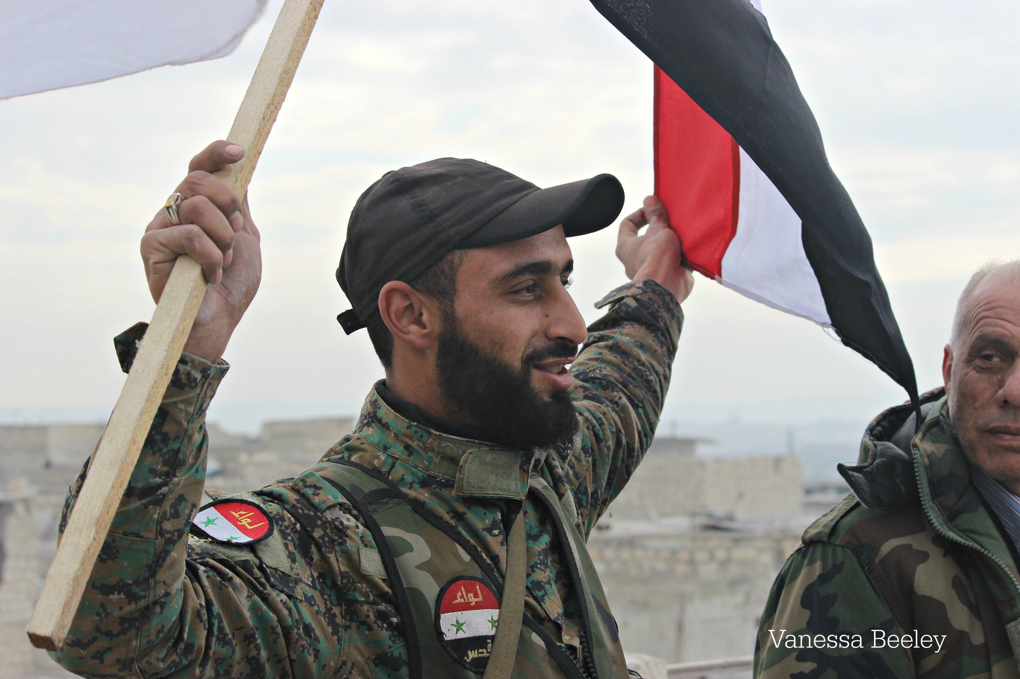Un soldat de l'armée syrienne célèbre la libération du quartier de Sheikh Said