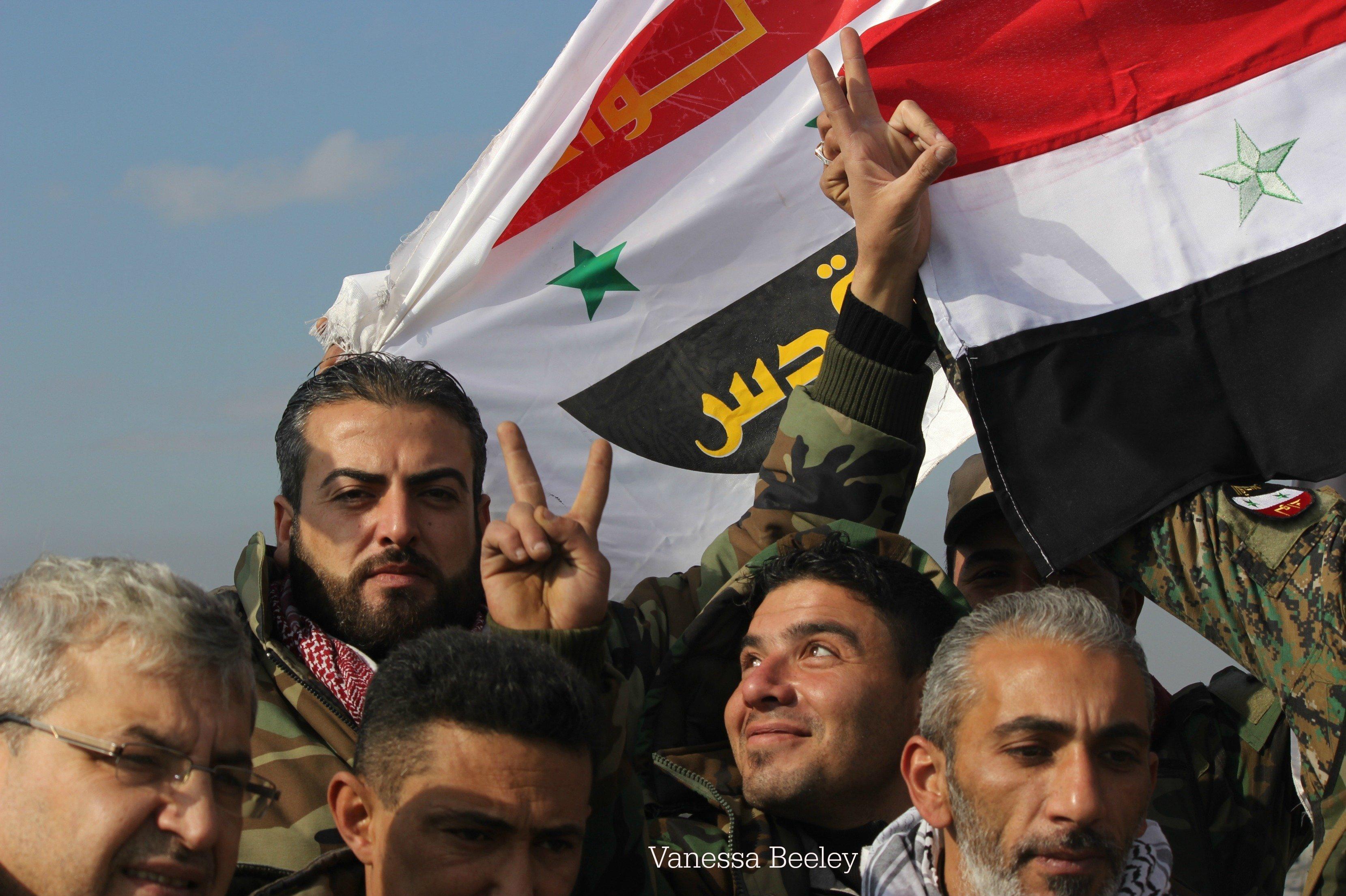 Des militaires syriens célèbrent la libération de Sheikh Said à Alep-Est