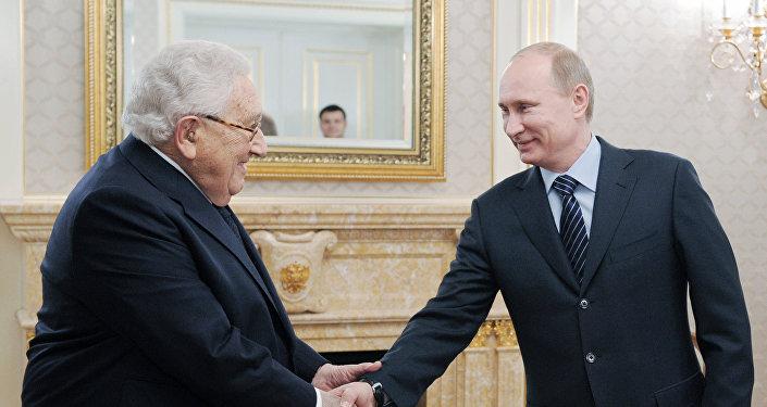 Henry Kissinger (à gauche) et Vladimir Poutine