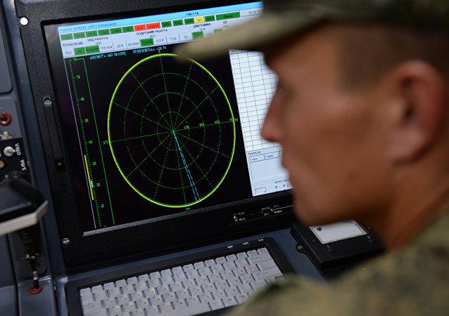 Un militaire formé pour se servir d'un système de lutte rado-électronique