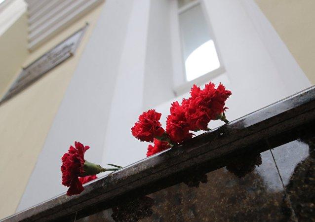 Les fleurs devant le bâtiment de l'Ensemble Alexandrov