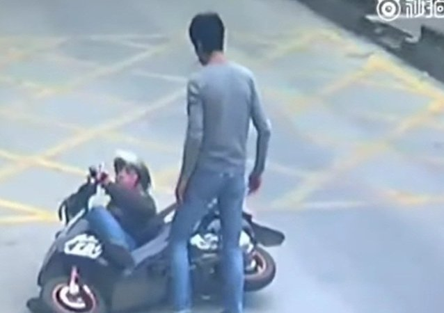 Kung Fu Truck Driver gets Revenge on Phone Thief, China