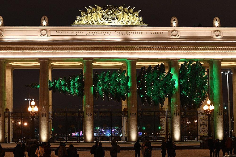 Un sapin de Noël horizontal à l'entrée principale dans le parc central, à Moscou