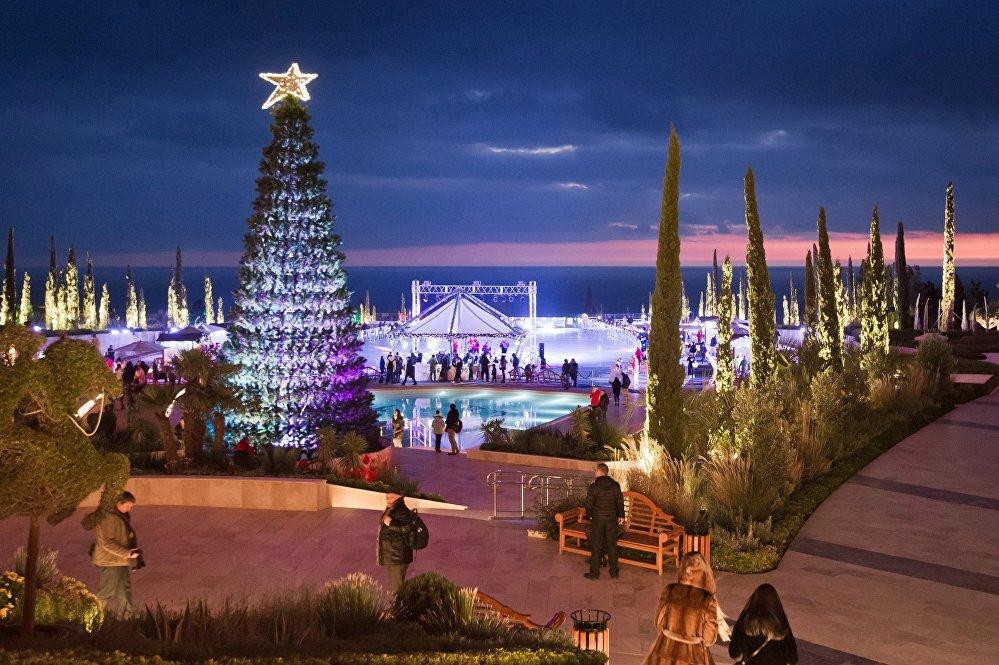 Un sapin de Noël devant une patinoire à Yalta, en Crimée