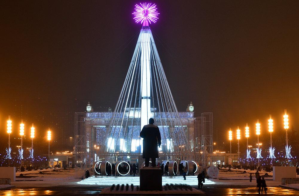 Un sapin de Noël et le monument à Lénine dans un parc de Moscou