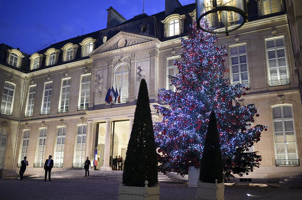 Un sapin de Noël devant le palais de l'Élysée, à Paris