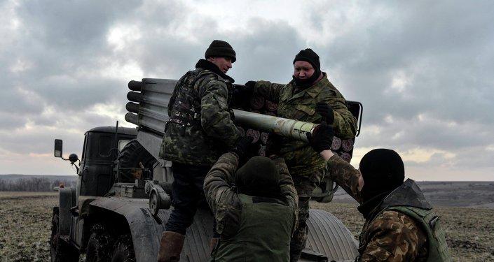 Militaires ukrainiens, lance-roquettes multiples Grad