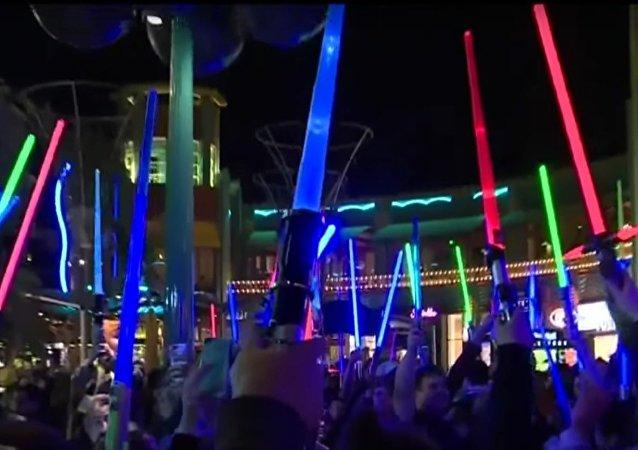 Munis de sabres laser, ils honorent la mémoire de «princesse Leia»