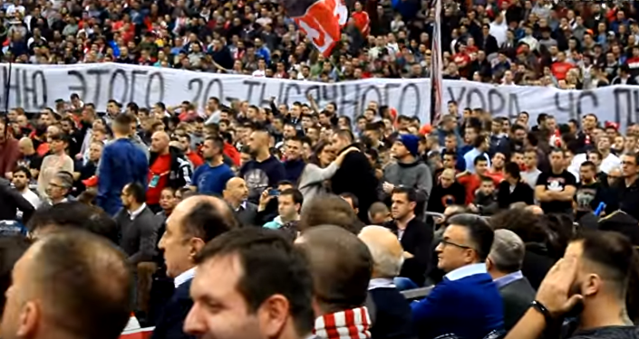 Les fans de club de basket Etoile rouge de Belgrade chantent en mémoire des musiciens russes victime d'un crash d'avion