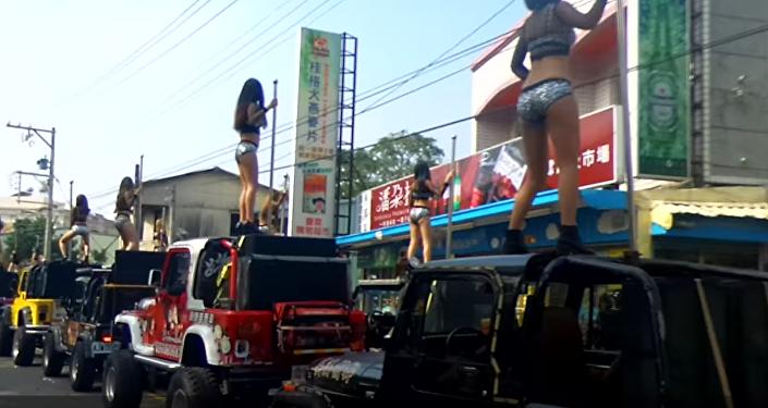 Il invite 50 strip-teaseuses aux obsèques de son père