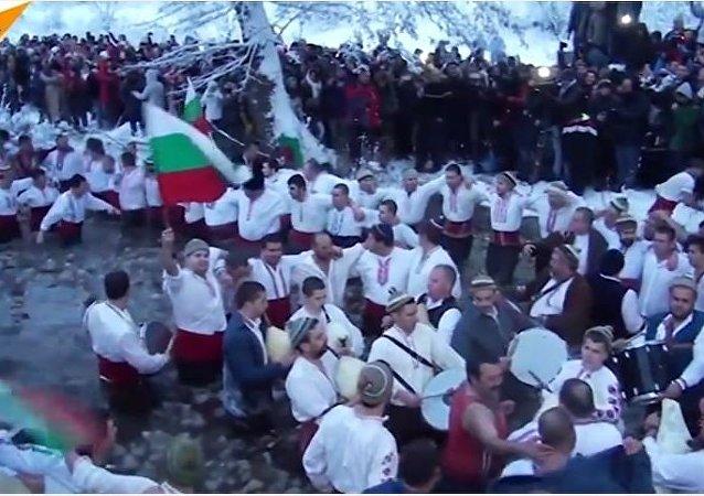 Danser dans l'eau glacée en Bulgarie à l'occasion du Baptême du Christ