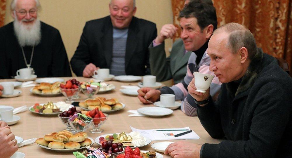 Vladimir Poutine célèbre Noël avec des pêcheurs