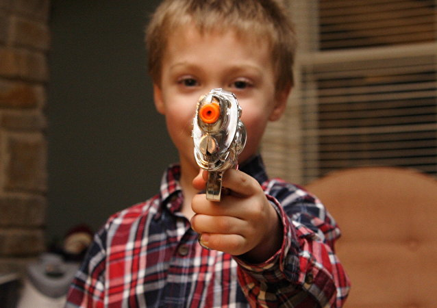 enfant avec un pistolet