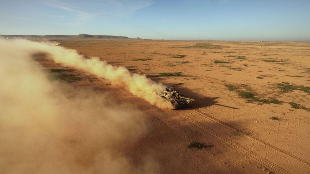 Le carrefour des routes menant à Alep et à Raqqa. L'équipage du char soviétique T-55 a pris la position de tir, octobre 2015