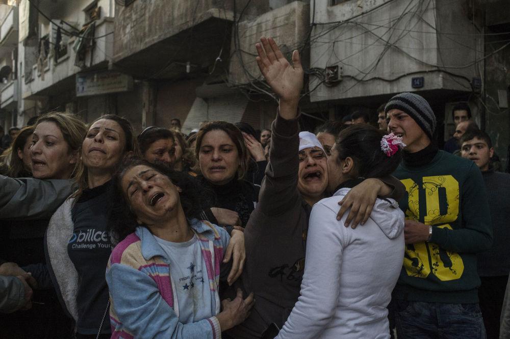 Des parents des victimes de l'attentat terroriste au centre-ville de Homs. Des terroristes ont miné une voiture garée auprès de l'hôpital Al-Ahli, le 15 novembre 2016