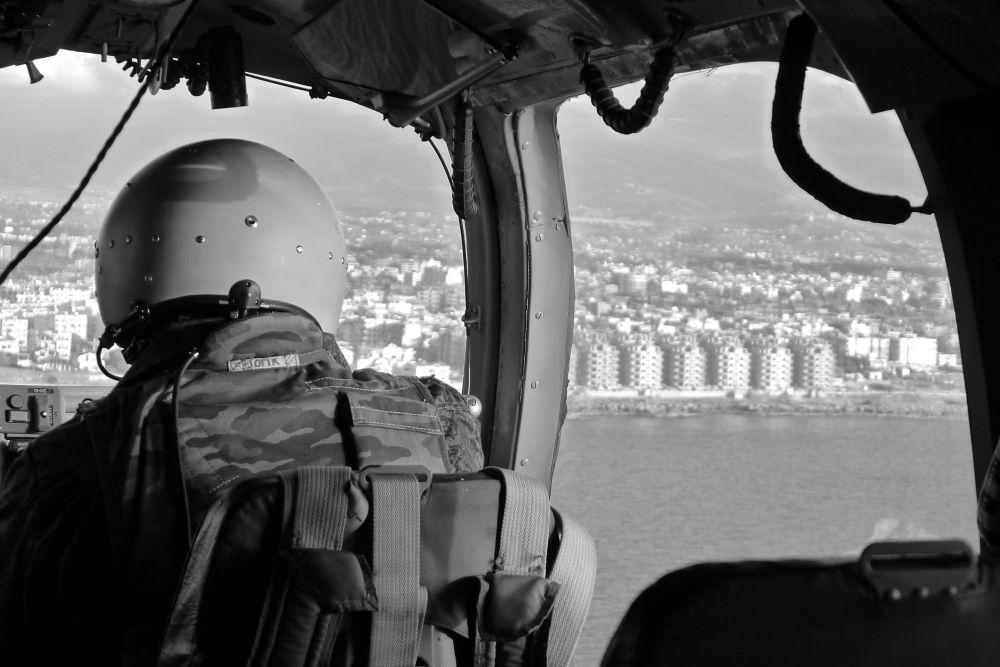 Un pilote d'un hélicoptère du porte-avions Amiral Kouznetsov approche de la ville de Lattaquié, le 15 novembre 2016