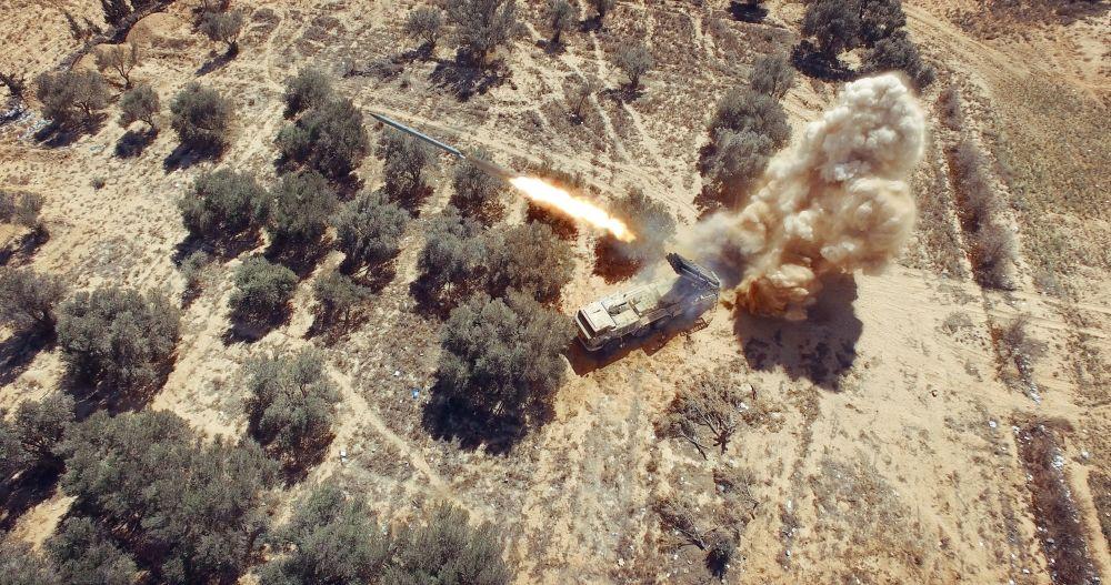 Un lance-roquettes multiple de type Smerch lors d'un combat contre les terroristes de Daech, en février 2016